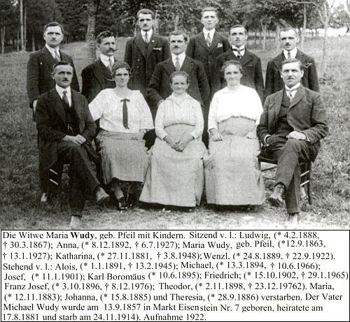 Ovdovělá už babička z otcovy strany se svými dětmi na snímku z roku 1922