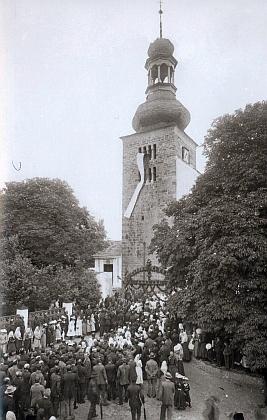 Románsko-barokní věž svojšínského kostela s vlajkou u příležitosti 50. výročí narození císaře Františka Josefa I. v roce 1880