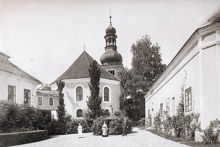 Nádvoří zámku ve Svojšíně s krytou pavlačí, která spojovala zámeckou budovu s kostelem sv. Petra a Pavla