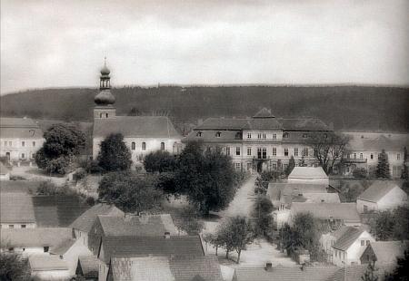 Pohlednice zachycující kolem roku 1900 střed obce Svojšína s farou, kostelem a zámkem