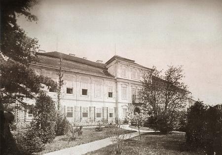Vstupní fasáda známku ve Svojšíně, otevřená do přilehlého parku, na snímku z doby kolem roku 1900