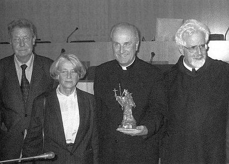 Na Krajském úřadě v Českých Budějovicích 15. října 2003 při udělování Umělecké ceny k česko-německému porozumění (odleva vedle ní František Černý, vpravo dále plzeňský biskup František Radkovský a benediktinský řádový kněz Angelus Waldstein-Wartenberg)