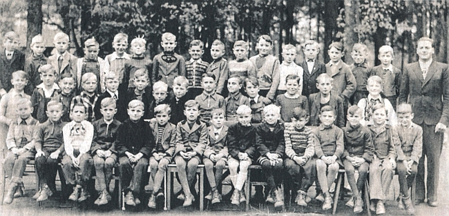 Už jako učitel na snímku z roku 1948 se žáky čtvrté třídy ve Feuchtu u Norimberka