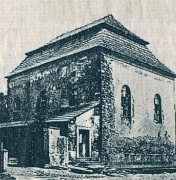 Synagoga v Novém Sedlišti na snímku z roku 1914 a jeden z židovských dřevěných domů na plácku před kovárnou
