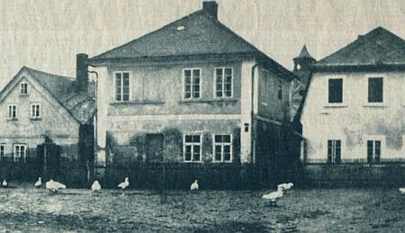 Snímek opuštěného židovského patrového domu s husí stafáží z roku 1950
