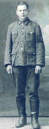Z učitelského ústavu ve Stříbře narukovali všichni, i on tehdy patnáctiletý na snímku vlevo, k říšské pracovní služvě