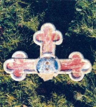 Křížek z mariánského oltáře v Novém Sedlišti, ležící v roce 1988 při jeho vchodu
