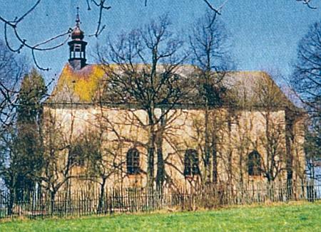 Kostel Nejsvětější trojice v Novém Sedlišti na snímku z roku 1970...