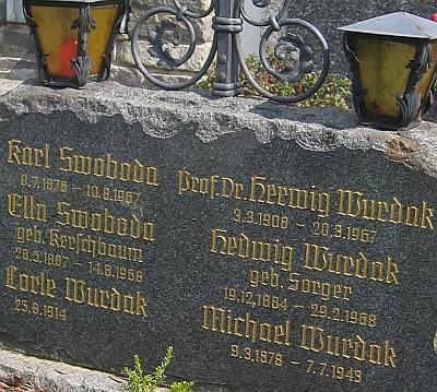 Náhrobní kámen rodiny Swobodovy a Wurdakovy vrakouském Zwettlu - zde je spolu s Herwigem Wurdakem uveden i jeho otec Michael, pohřbenývPrachaticích