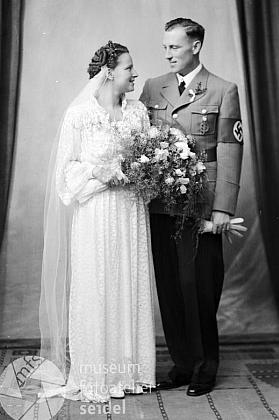 Svatební foto z 4. července 1939, na němž je v uniformě okresního šéfa nacistické propagandy, jeho ženou se stala Lorie, dcera správce schwarzenberského pivovaru v Českém Krumlově