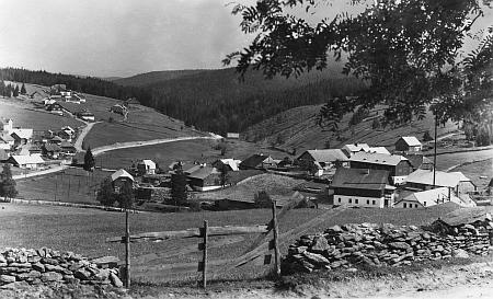 Pohled na část Kvildy, zvanou Hamerské Domky či také Vilémov, vlevo táhnoucí se dál dozadu nad silnicí do Františkova