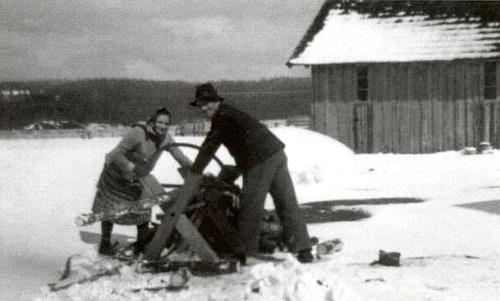 Její rodiče Ferdinand a Theresia Klostermannovi přiřezání dřeva u chalupy čp. 33 na Vydřím Mostě