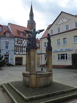 Kašna na náměstí, v pozadí věž luteránského kostela Sankt Marien