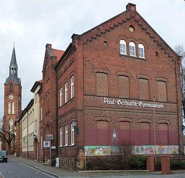 Zdejší gymnázium nese název význačného německého luteránského teologa a skladatele církevních písní Paula Gerhardta (1607-1676)