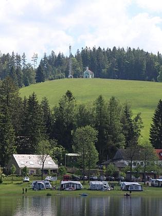 ... a pohled na vrch s kaplí z hladiny jezera