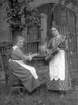Ve Frýdavě čp. 19 bydlila u tety jeho sestra Anna, kterou tu v červnu 1919 takto zachytil JosefSeidel (hudební nástroj na stole je citera)