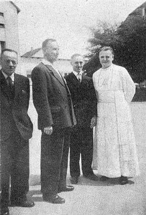Jeho otec Rupert Zaby, poslední německý kostelník ve Frymburku, tu na snímku stojí zcela vlevo, vedle něj Hans Hölzl, vpravo opat kláštera Schlägl Florian Pröll
