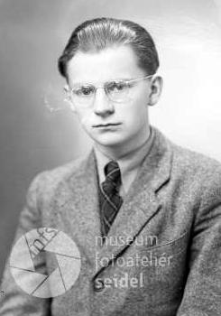 Devatenáctiletý na snímku z českokrumlovského fotoateliéru Seidel z30.března roku 1942