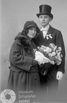 """Svatební fotografie rodičů z v roce 1922 na jméno a adresu """"Zahorka Franz, Kaplitz"""""""