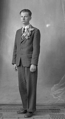 Je to jeho otec jako pozdní rekrut na snímku zkvětna 1941?