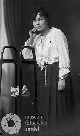 "Snímek českokrumlovského fotoateliéru Seidel z prosince roku 1918 na jméno a adresu""Zahorka Mizzi, Krummau, Steinwand 169"""