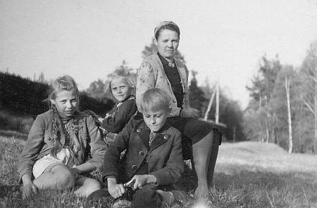 S maminkou Mitzi Zahorkovou, roz. Schramlovou, vedle nich starší sestra Inge (provd. Möbsová) a  mladší Ria (provd. Mohrová)