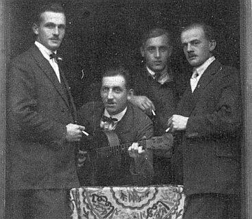 ... stejně jako ty Franze Zahorky (druhý zprava) na snímku z roku 1924, kdy byl v Dobré (Guthausen) i učitelem Rosy Tahedlové