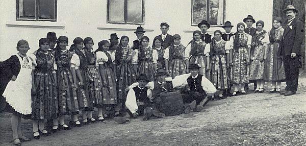 Selská krojovaná skupina z tehdy německy mluvících Hodějovic, kde byl Herwigův dědeček řídícím školy, na snímku z roku 1932