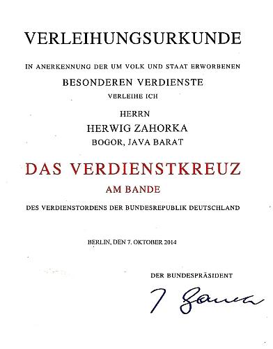 """Listina o propůjčení vysokého vyznamenání Spolkové republiky Německo, uděleného Herwigu Zahorkovi """"za obzvláštní zásluhy o národ a stát"""" s datem 7. října 2014"""