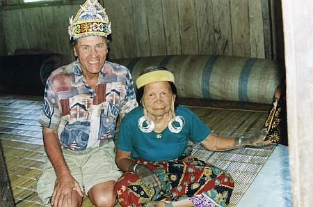 Se stařenkou Aoheng na Borneu v roce 2000