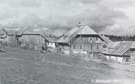 """Hostinec """"Zum Tiroler"""" v Bučině se zvoničkou na střeše, nalevo stará kovárna, to vše v nadmořské výšce 1162 metrů"""