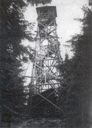 Vzácný snímek (z roku 1946) dřevěné rozhledny na Knížecím stolci, zbudované někdy ve třicátých letech minulého století