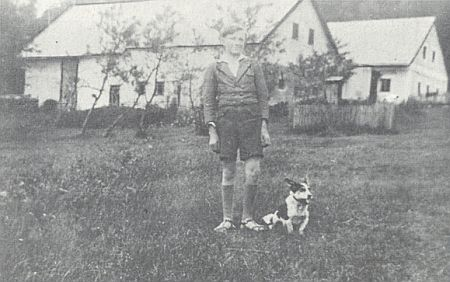 Před rodným domem v roce 1938