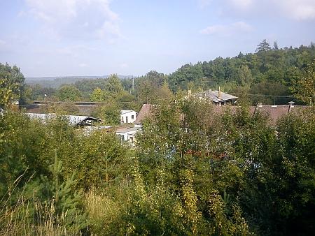 Tady při někdejší schwarzenberské cihelně Vývarka u nádraží Hluboká-Zámostí byl roku 1945 sběrný tábor, kde dokonal (viz i Karl Meinhard)