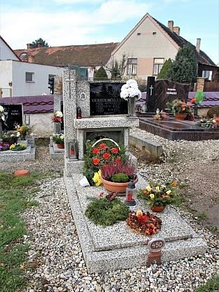 Hrob č. 450 na hosínském hřbitově, kde je pohřben
