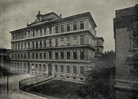 Německá chlapecká obecná a měšťanská škola v českobudějovické Nové ulici, vedle níž stál i rodný dům bratří Josefa Franze a Karla Franze Leppových
