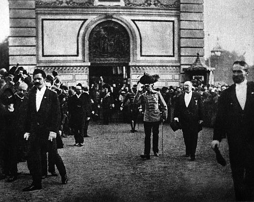 Nejspíše je to on, kdo tu kráčí vedle císaře Františka Josefa za jeho návštěvy na Jubilejní výstavě