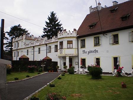 Zámeček v Doubravě (dříve Grün), nyní restaurace, nad jejímž vrcholem je umístěn znak Zedwitzů, pocházející z trosek zámku v Kopaninách, který nepřežil péči státních statků