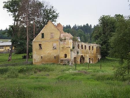 ... a trosky zámku v Kopaninách na začátku 21. století