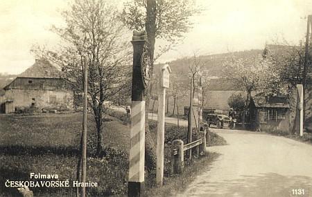 Pohlednice z roku 1934 s idylou na hranicích, kde dnes projede denně přes tisíc kamionů
