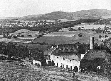 Sklárna v Podlesí roku 1880 a po svém zániku s výhledem na Kašperské Hory a hrad Kašperk