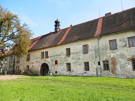 Tady sídlila knížecí rolnická škole v Rabíně, kde učil