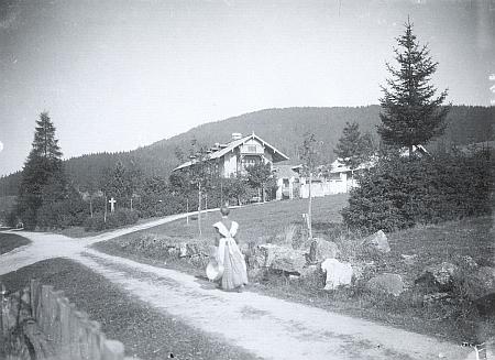 Schwarzenberská myslivna u někdejšího Kunžvartu (dnes Strážný) na snímku Josefa Seidela z roku 1908