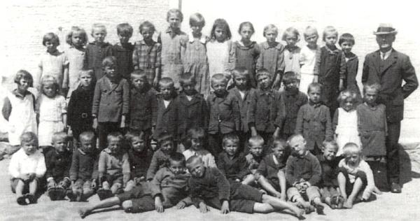 S první třídou německé obecné školy v Železné Rudě má boty možná jedině on, alespoň ve srovnání s dětmi v první řadě