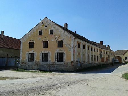 Usedlost z roku 1871 a výklenková kaplička na roudenské návsi