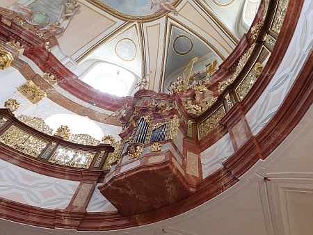 Varhany a lucerna dobrovodského poutního kostela po provedené obnově