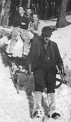 """Tremlův otec s Adolfovým bratrem a chlapci Haasovými, jejichž otec tady """"nahoře"""" podlehl při kácení dřeva smrtelnému zranění"""