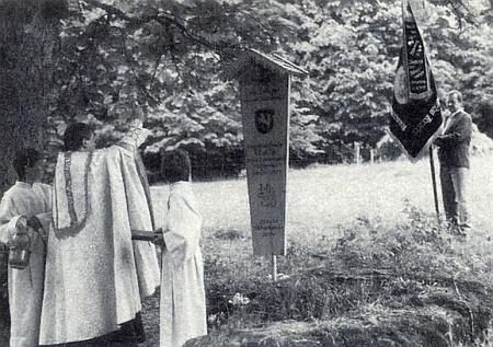 """Vysvěcení umrlčího prkna na lesní louce """"am Totenschädl"""" u myslivny Scheuereck k jeho památce dne 17. června 1989"""