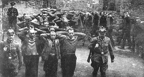 Snímek zadržených sudetských Němců před transportem do nacistického koncentračního tábora (podle textu Sudetoněmeckého archívu rozšiřovaný v Sudetech jako varování)