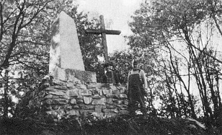 """Komentář jednoho z nýrských krajanů k památníku na vrchu Stangenruck u Neukirchen požaduje """"za každých okolností"""" připomínku """"KZ"""", tj. těch, co zahynuli v nacistických koncentračních táborech"""